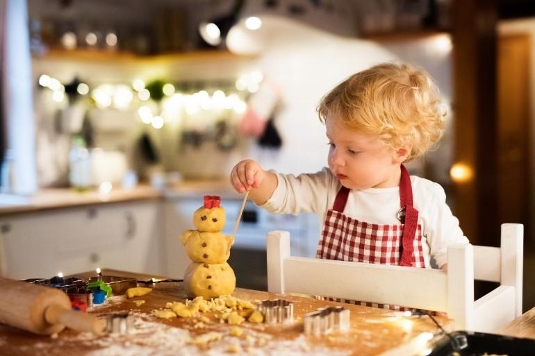 enfant qui cuisine sur une tour montessori
